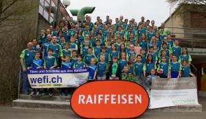gruppenfoto-vereinsmitglieder-praesentieren-das-neue-saisonshirt-b075953a4f480b5eea0e9059bd9877ef